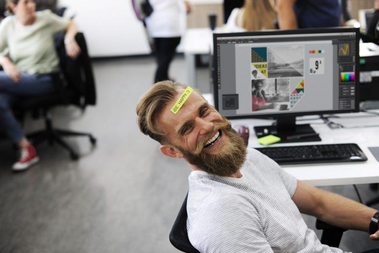 Happy im Büro.