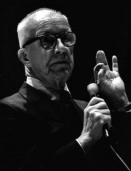 en:User:Edgy01 (Dan Lindsay) - Eigenes Werk Buckminster Fuller, 1972-3 tour at UC Santa Barbara. (WIKIPEDIA)
