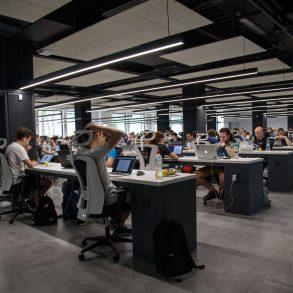 Arbeiter im Büro, Kiev, Ukraine, Alex Kotliarskyi, CC0 unsplash