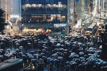 Menschen bei Regen in Shibuya, Tokio JP/ Finan Akbar CC0 Unsplash