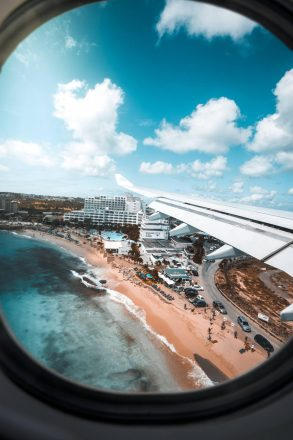 Flugzeug über St. Maarten; CC0, unsplash, redcharlie