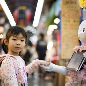 Mädchen und Roboter in Kuromon Ichiba Market, Ōsaka-shi, Japan; Foto: CC0; Andy Kelly, Unsplash
